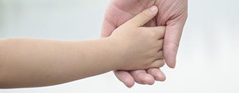 Parterapeut Odense, barn og en voksen holder hænder